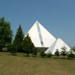 Pohled na pyramidy od zahrady
